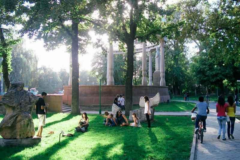 muzzei skulptur pod otkrutum nebom
