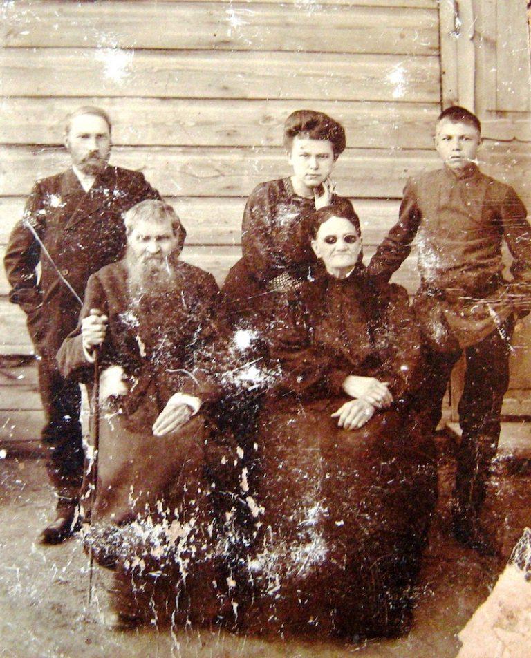 gruppovoe foto zazhitochnykh kazakov 768x952
